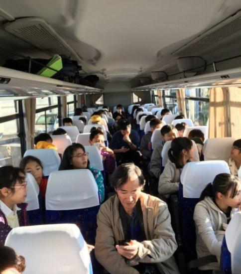 修学旅行へ出発❗️(バスの中)