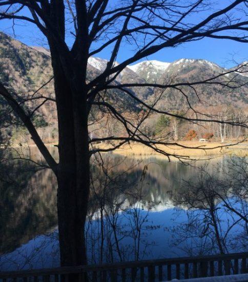 車窓から湯の湖を望む